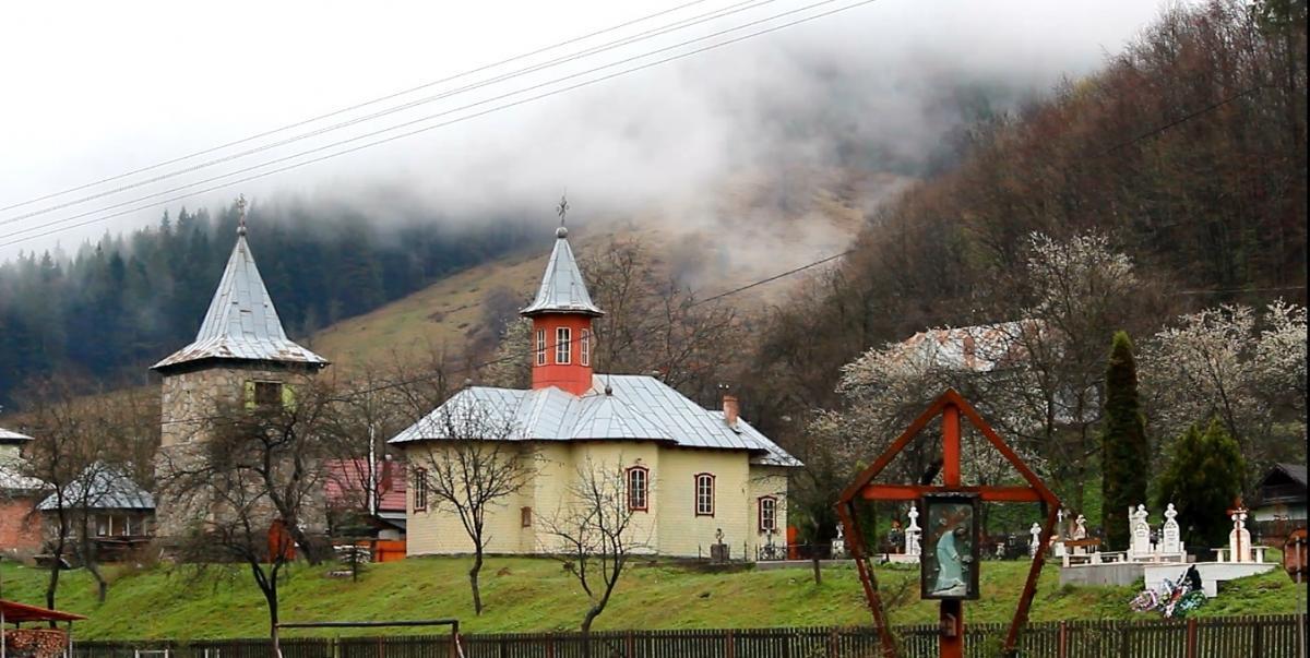Biserica parohială și cimitirul